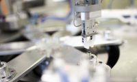 Garra máquina assemblagem. Transformação digital indústria plástico